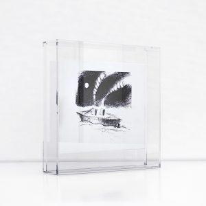 Giclée – Μεταξοτυπία έργου του εικαστικού Βαγγέλη Ρήνα. Plexiglass κορνίζα και εκτύπωση από το Απόλυτο.